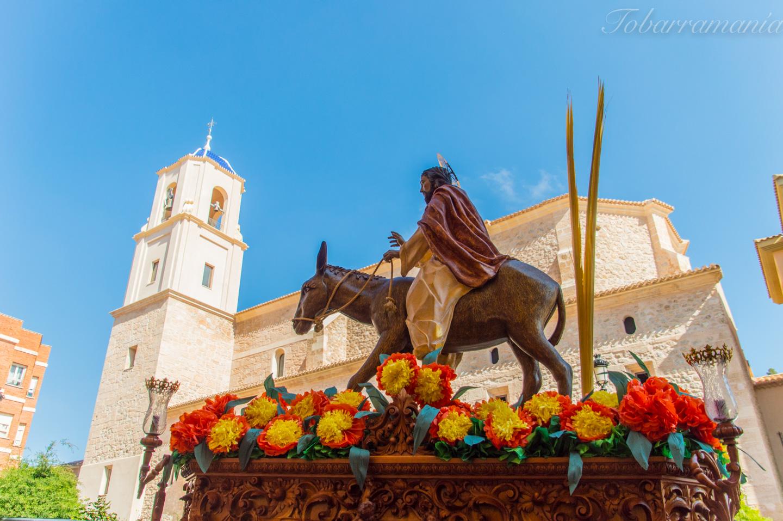 Entrada de Jesús en Jerusalén. Burrica. Tobarra. Paso por la iglesia de la Asunción.